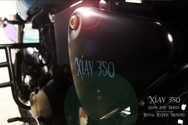 Royal Enfield Electra 350 modificado por pistolas y mangueras, llamado XIAV 350