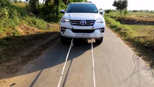 Video: Royal Enfield Classic 350 Towing Toyota Fortuner y su efecto en el motor